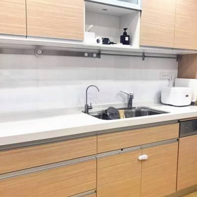她家厨房台面空无一物,全靠实用的橱柜设计和收纳大法!