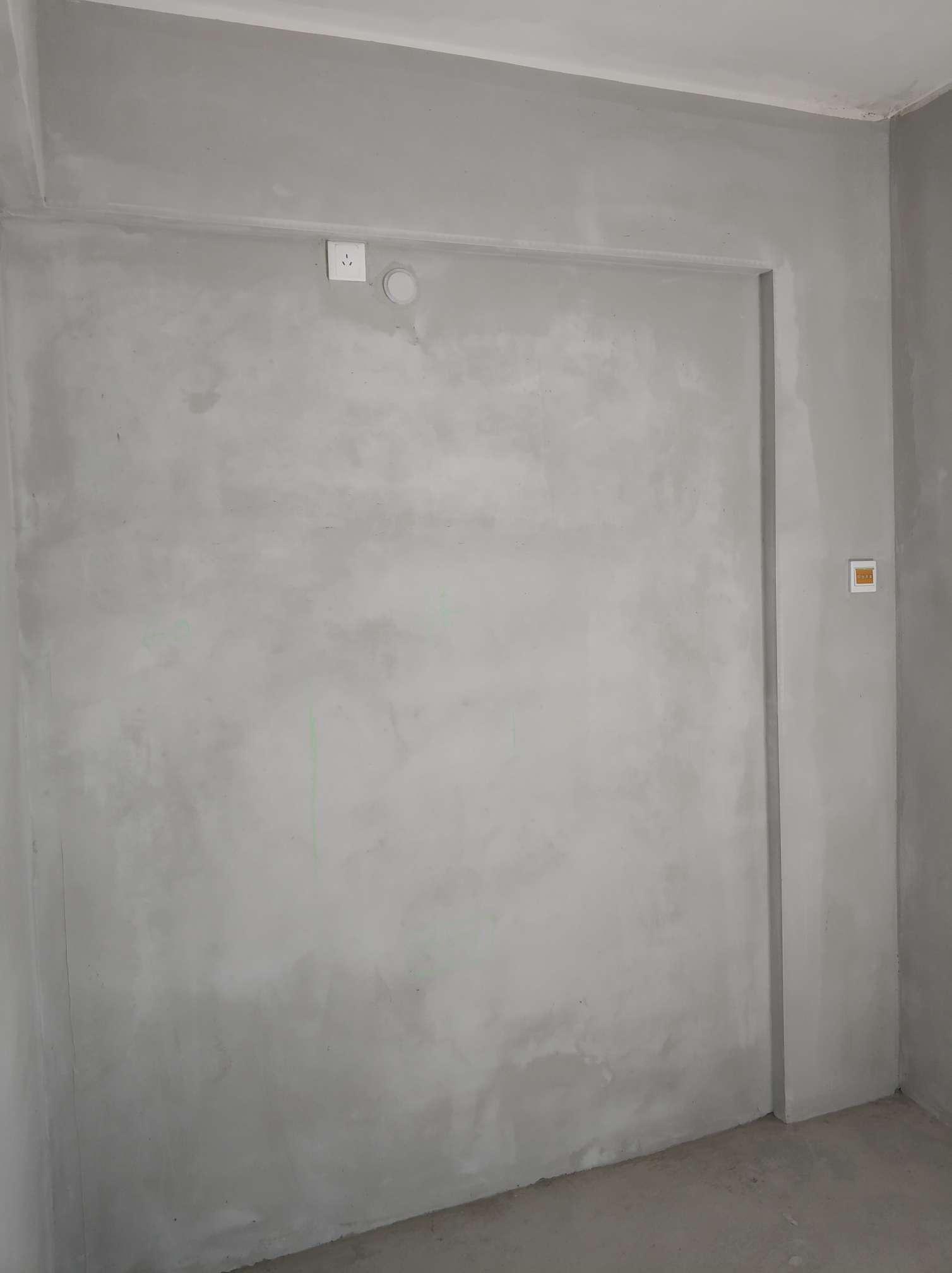 今日检查项目: 本次为【开工准备与施工交底】是第1次上门 现场人员: 客户:2人,工长:1人 施工进度与施工情况: 原房为毛坯房两房一厅一厨一卫一阳台,面积约80平米,原房勘察详情: 1、目测顶面平整较好,无明显开裂。 2、墙面2米靠尺检查平整度、垂直度合格。 3、门洞经激光仪检测垂直度合格。 4、门窗完好,开关顺畅。 发现问题及整改建议: 全屋墙面、顶面开发商都批荡白灰,建议全部铲掉,涂刷墙固。 后续施工建议: 1、根据现场装修方案,建议尽快确定好橱柜设计方案,确定水电图纸。 2、客厅电视背景墙插座需确