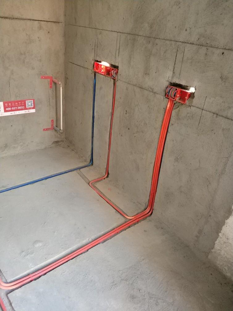 按客户约定今日上门进行水电验收。客户和项目经理参与验收。电路检查,线管走向符合要求,强弱电分开敷设。剪力墙线管与线盒处没有用锁扣连接。部分地方线管保护不到位,现场已交待。线管穿线太多,空调使用地线线径和品牌不符合要求,需整改。厨房、空调,卫生间用四平方线,插座用2.