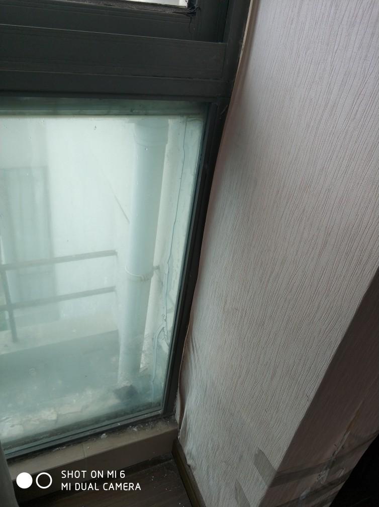 原项目窗户使用双层玻璃,但因时间久进入空气夹层成雾状建议更换5.