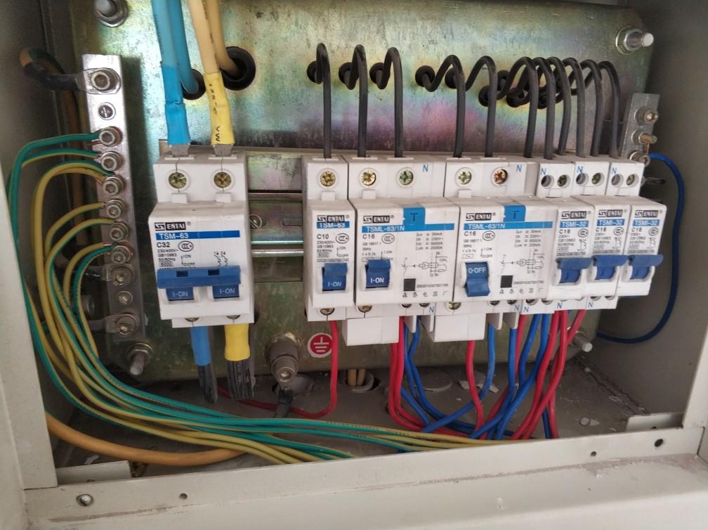 5的客户同意,强弱电间距近需要做屏蔽,电管并排没有间距需要用管卡