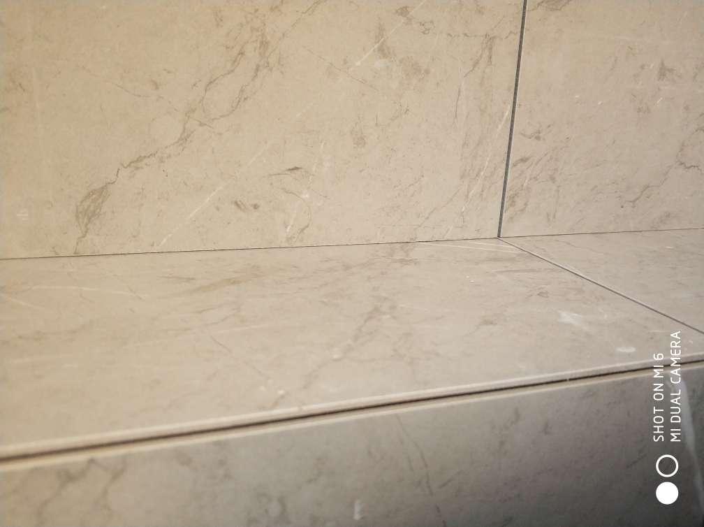 2017-12-09上门监理情况如下:泥木验收。现场检查内容如下:石膏板安装表面平整,板面清洁,无明显破损,拼接缝预留合理,无十字通缝,螺钉固定间距均匀,瓷砖铺贴表面完整,无明显破损,裂纹,划痕,目测无明显色差,墙面砖平整垂直,对缝整齐,无明显空鼓现象,地面砖平整,对缝整齐,预留坡度合理,无明显空鼓现象。窗槛石表面平整,无明显破损,缺陷。发现问题及处理建议如下:一,厨房靠东面墙以前标记一空鼓现象未处理,另一处空鼓已标记,建议换取整改。二,卫生间干湿分区门槛石未安装,建议安装时做好防水边处理。三,衣帽间顶面有受潮迹象,建议腻子铲除做层防水处理。