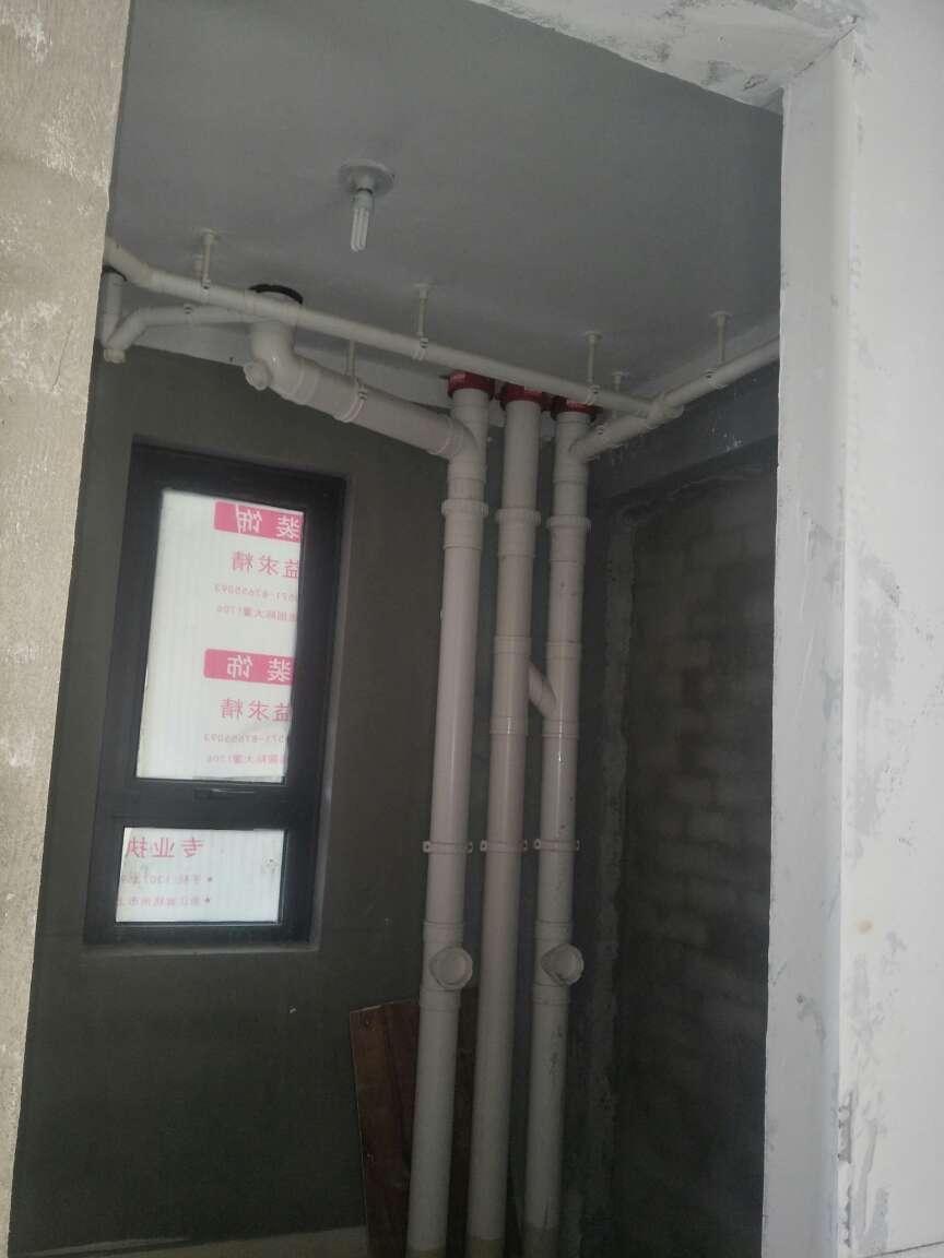 2017-12-21上门监理情况如下:本次施工队长、用户、设计师、水电定位,水电交底工作已完成。新建墙体表面平整,垂直,门洞过梁使用非木质过梁,建议如下:厨房飘窗位置排水管改建后进行地面浇筑,主卧与餐厅地面浇筑后做好保温或养护;水电施工监理建议:强电箱配置建议如下;总开不带漏保,其余分路带漏保;强电箱开关需与线径匹配,可参考监理推荐:1.5平方=10A,2.5平方=16~20A,4平方=20~25A,6平方=32A,10平方=40A;嵌入式烤箱、烘干功能洗衣机、厨房及小厨宝建议4平方供电线,如有其他大功率电器请及时告知水电工;厨卫阳台地面不走给水管或线管;下次为水电巡检,根据施工进度安排上门时间!