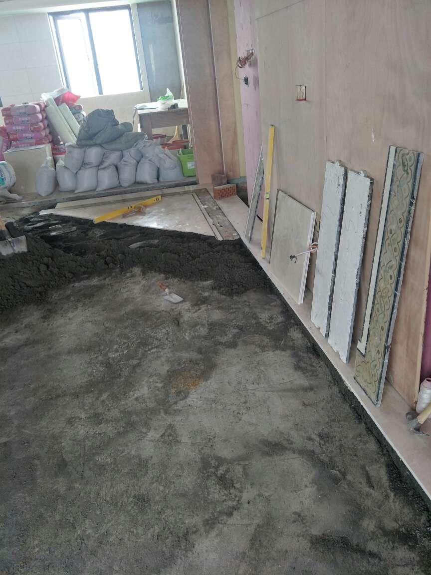 2018-06-11上门监理情况如下:本次与用户,泥木巡检工作已完成。现场泥工铺贴客厅地面大理石,油漆工补石膏板钉眼,防锈封补。石膏线条已安装,安装平直,接口无高低差。检查情况如下:次卫马桶边地漏与碧龛底部距离不足安装地漏,需调整。阳台排水管顶部存水弯需预留检修口。主次卫钢架焊接处需加强防锈处理。钢架靠墙面事先防水涂刷。主卧与主卫隔墙柜体背面铺贴防潮膜。主次卫地面刷防水前使用参防水剂水泥浆做地面淘浆找平处理,墙面防水高度不低于1.8米,无漏刷。下次为卫生间地面二次防水检查!请提前两天通知!