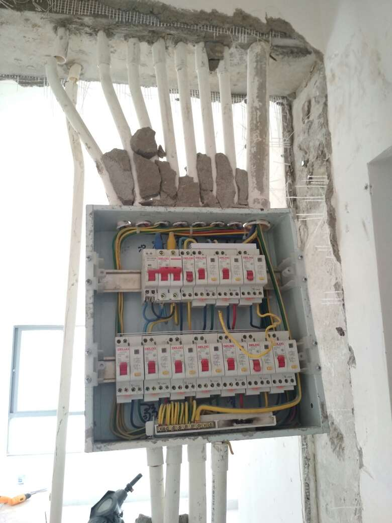 2017-07-29上门监理情况如下:水电巡检。现场水电交底。墙、顶面未发现新渗水痕迹;进户门等已做保护;新墙砌砖合格,制作混凝土过梁;常规开关、插座分别距完成面约130、30公分。问题或建议:烤箱、厨房使用4平方线,冰箱单独供电回路;空调外机、照明、总开不带漏保,其余分路建议带漏保;主卫门洞过梁钢筋被破坏;新建排水管/排污管地面开槽需刷防水;如1.5平方线超5根、2.5平方线超4根建议分2根线管走线;水管试压压力8公斤左右,保持半小时下降差不多0.5公斤则试压通过。以上已告知工人,下次巡检预计8/5左右。