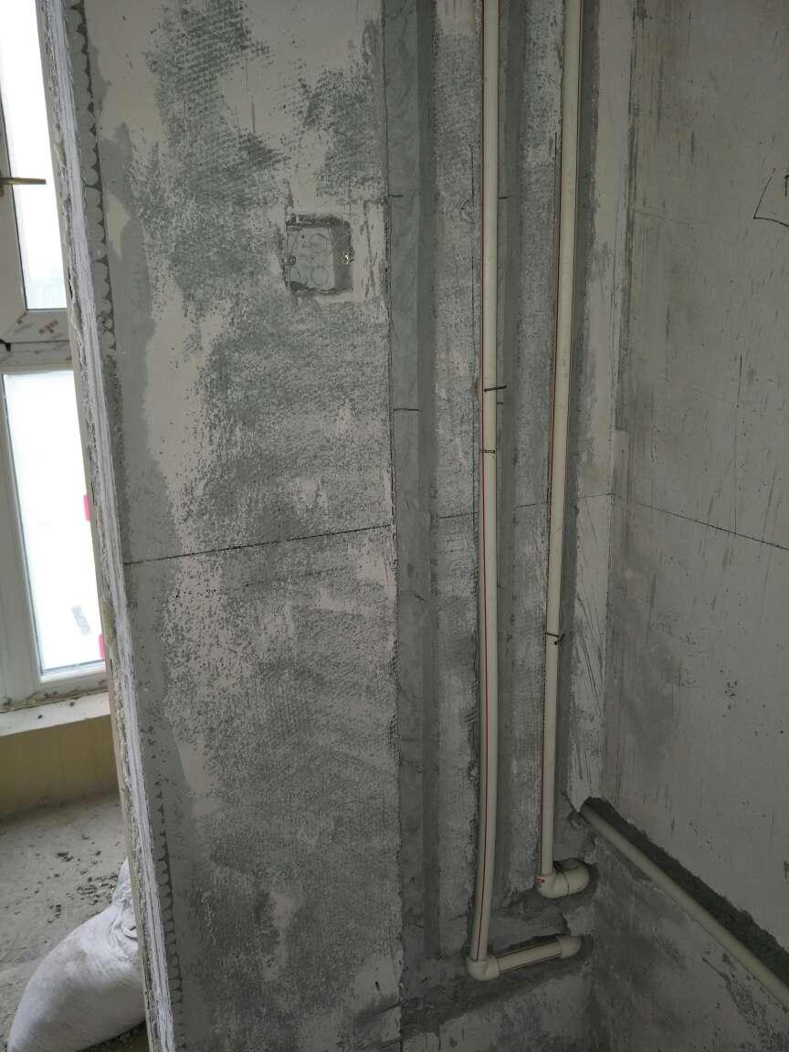 2018-03-16上门监理情况如下:本次用户,项目经理,水电工,水电巡检工作已完成。水电工现场排管穿线中。材料由用户购买,强弱电管使用同色线管,使用双屏蔽网线。发现问题如下:阳台洗衣机位置缺少一处出水口,热水口弯头过多;主卫插座电源与照明控制线需分管穿线;主次卫镜前灯、浴霸,需增加接地线;强电箱一处线管内有两个回路穿线,公用一根接地线,需整改为分管穿线,接地线不可公用;空调外机同色零火线需分色;以上问题已现场告知项目经理,水电工。强电箱配置建议如下;总开不带漏保,其余分路带漏保,双进双出;强电箱开关需与线径匹配,可参考监理推荐:1.5平方=10A,2.5平方=16~20A,4平方=20~25A,6平方=32A,10平方=40A;水管试压压力8公斤左右,保持半小时下降差不多0.5公斤则试压通过。水电验收时间确认,请提前两天通知!谢谢!
