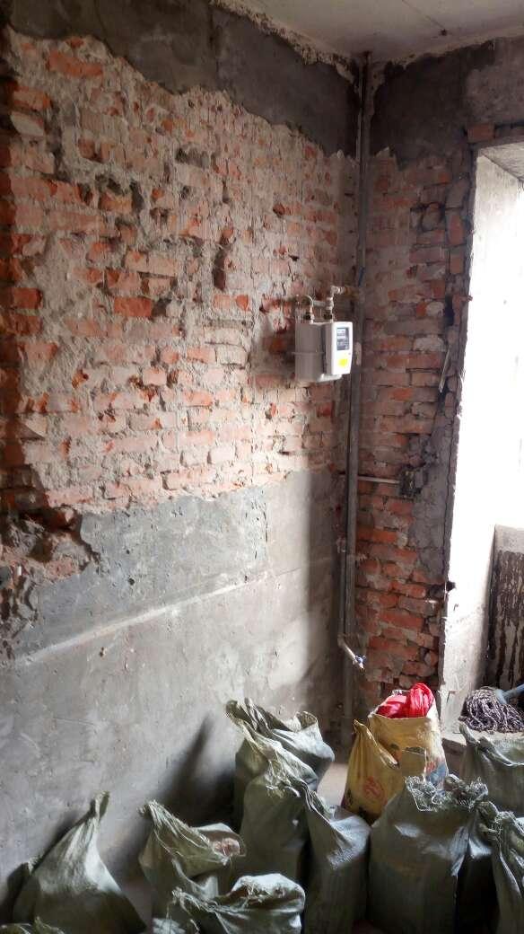 2017-07-30上门监理情况如下:开工交底。开工前准备。现场泥工老墙粉刷。检查内容如下:拆除工程与施工方现场的确认.现场墙面均已铲到基层,窗都全部取下。与施工方沟通内容如下:一,老墙粉刷分两次粉刷,避免一次粉刷层厚度过大。二,卫生间新砌墙返水粱高度在二十公分。三,新老墙平接处挂网后抹灰。四,强电入户线更换十平方总线。下次上门节点为水电巡检。