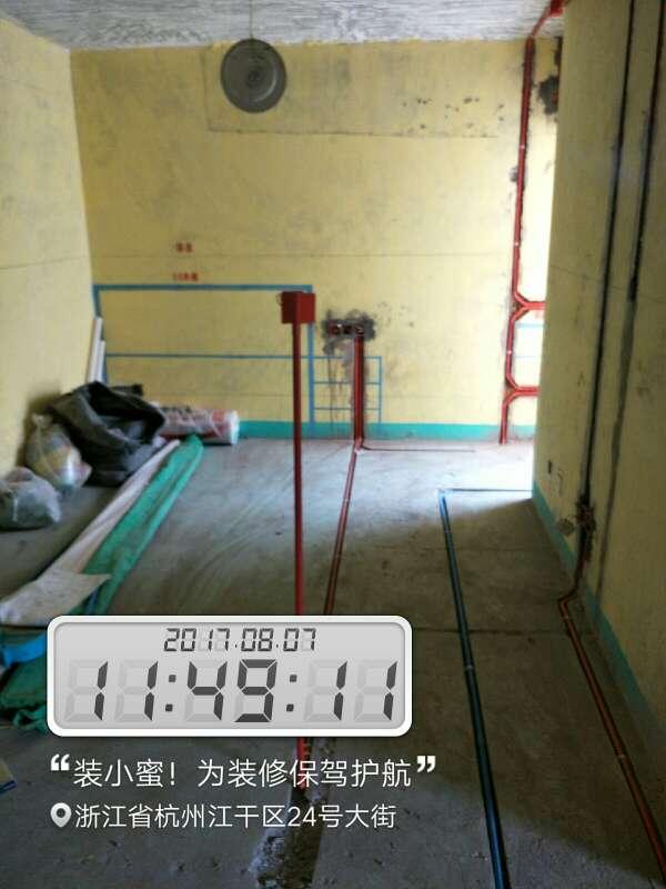 2017-08-07上门监理情况如下:尊敬的业主您好,今天上门服务是水电验收,线路、布线合理,线经用的合理,强弱电距离规范,强电穿线量没有超截面的40%,冷热水管距离规范,水管吊卡很规范,阳台地,排水用了斜三通,需要整改的有墙面上线管没有线卡固定,顶上八角盒没有盖子,房间墙上壁灯没有接地线,这些已经和项目经理现场沟通过了,答应马上整改,下次上门服务在一星期左右