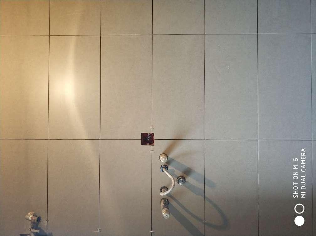2018-05-13上门监理情况如下:今日泥木隐蔽施工巡检:现场人员,泥工,卫生间墙面防水完成,高度符合要求,厨房墙砖正在铺贴中,加工砖刷背胶铺贴,铺贴质量,表面平整,拼缝平直整齐,阴阳角方正,砖面清洁无划痕破损等,卫生间未开始铺贴。,本次巡检工作中的问题:1.水电验收时提出问题未整改.2.厨房墙砖砖缝个别大小不一.以上问题需您告知项目经理整改。下一次工作是泥木面层施工巡检,根据目前施工进度,预计会五至七天后可以巡检,主要对瓷砖铺贴、木工面层施工进行检查,中间过程中您与家人如果发现什么问题可以微信里咨询或电话我。,