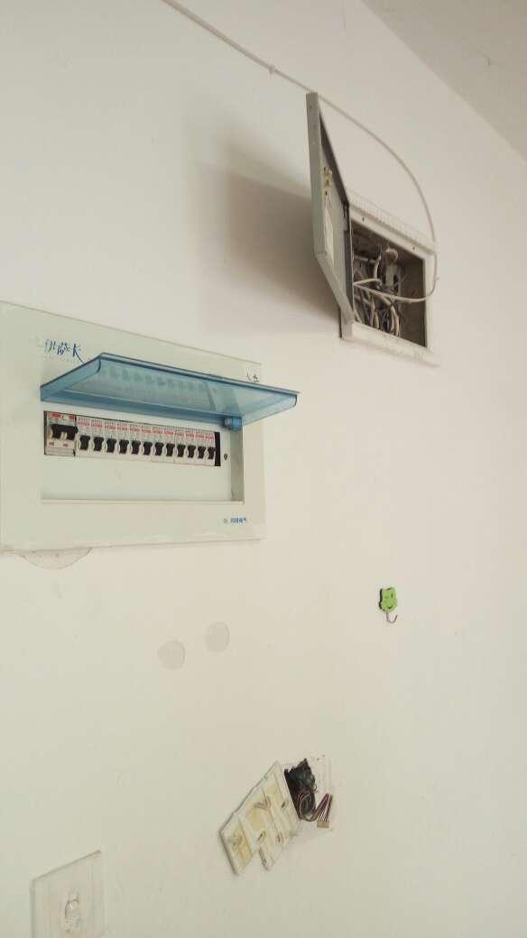 2017-06-26上门监理情况如下:开工交底。开工大吉!检查内容如下:强弱电箱位置进线及配置的检查。墙面平整垂直度空鼓裂缝的检查。门窗开启灵活,无破损。原房通水通电正常,下水无堵塞。原房拆除部位确认。发现问题及处理建议如下:一,强电箱内配置完整,但无漏电保护器,建议水电施工模块换取并配备漏电保护器,同时箱体过小,不建议移位,总线长度有限,不允许接线。二,弱电箱内无电源,光纤已入户,视模块及网络需求来看是否对箱体更换。三,墙面主卧靠梁上方,及原来空调安装位置多处空鼓,其余地方无空鼓裂缝,建议除空鼓处做局部基层处理其余铲除面层即可。四,客厅靠阳台,客厅靠卫生间墙面有渗水迹象,建议这部分做基层处理,后期再防水施工。接下来需要注意事项如下:拆除完成后先会新砌墙,要求新砌墙垂直间隔五十公分植筋处理,顶面斜砌,卫生间如有新砌墙,必需止水带先施工,高度大于十五公分,并在止水带完成后间隔距离超过八小时后方可往上砌墙,门洞如需做过梁最好采用预制梁过梁,新粉墙面间隔时间保证四到五天后方可墙面开槽施工。下次上门节点为新砌墙巡检。