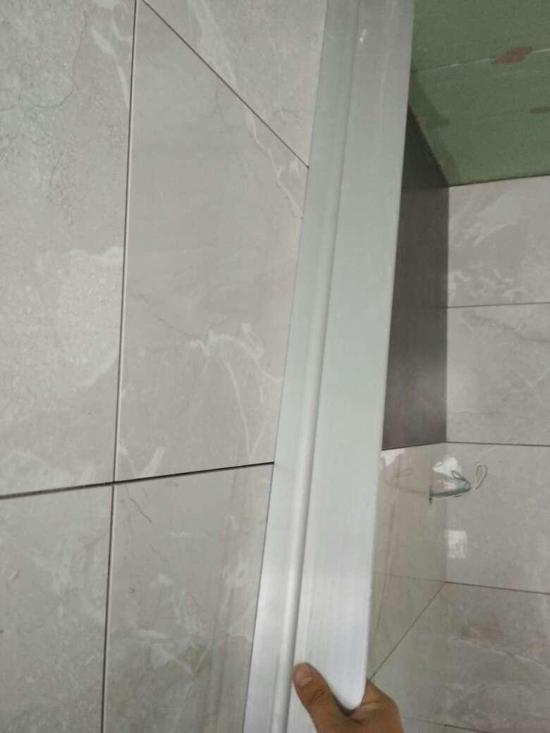2017-10-14上门监理情况如下:泥木验收。其他在场人员:客户、工队。石膏板吊顶表面完好无损坏,固定螺丝间距合理不破纸面,槽口平直方正,转角使用整板无十字拼缝;木制品转角平直方正,封边平整无翘裂;门套基层板固定牢固,预留离地防潮距离;墙地砖表面平整,拼缝平直,无色差无污点,阴阳角方正。问题或建议:1、厨卫墙面水电标识未做;2、湿区建议使用耐水腻子;3、需特别注意门套边、踢脚线区域、筒射灯照射墙面等区域平整度;4、涂料加水量(特别是深色漆)不可大于产品说明;5、石膏板留缝<5㎜;6、卫生间一处墙砖空鼓;7、门槛石、窗台石、淋浴区域地砖未完成。本次是第7次上门检查,还余4次上门。请提前通知打磨腻子时间。