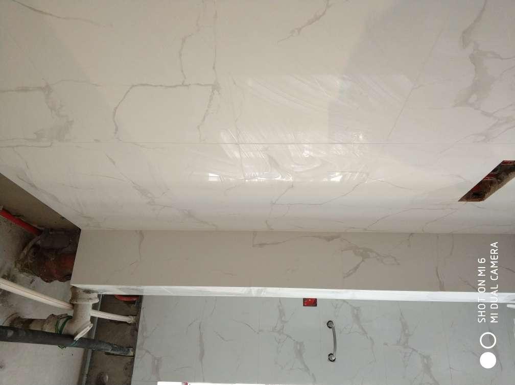 2017-11-12上门监理情况如下:泥木验收。现场检查内容如下:石膏板安装表面平整,板面清洁,无明显破损,拼接缝预留合理,无十字通缝,螺钉固定间距均匀,瓷砖铺贴表面完整,无明显破损,裂纹,划痕,目测无明显色差,墙面砖平整垂直,对缝整齐,无明显空鼓现象,地面砖平整,对缝整齐,预留坡度合理,无明显空鼓现象。门槛石表面平整,无明显破损,缺陷。木制作固定牢固,符合设计图纸要求,拼接缝平直,符合工艺要求。需要注意事项如下:一,榻榻米左侧边上有破损现象,建议后期油漆修补。二,卫生间挡水条边上两处空鼓。三建议要求施工方做好成品保护及管道标识线的工作。