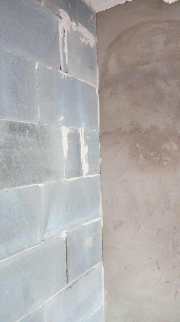 2017-08-28上门监理情况如下:水电巡检。现场抹灰新砌墙施工。检查内容如下:新砌墙工艺规范,卫生间止水梁工艺,植筋工艺,抹灰平整垂直度符合工艺要求,门头过梁采用角铁过梁,符合规范。新砌墙与老墙平接面有挂网抹灰,符合工艺要求。现场复核钢筋,钢丝网均已到现场,也已交代后面新砌墙及抹灰要求,同样是植筋工艺,对轻质砖墙要求挂网抹灰处理,现场已对接。