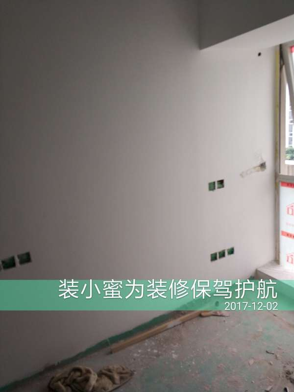 2017-12-02上门监理情况如下:尊敬的业主您好今天上门服务是油漆巡查,墙面平整,无露底,无流挂,柜子表面平整,光滑无露底,无流挂,需要整改的是,阳台开关需要向外移一点,顶上有二处开裂,在开裂处开v字型槽,用铜墙铁璧处理,表面在用确切良布贴面处理,小房间柜子边有一处油漆没事喷好,门禁线要及时接好,现场己经和您说了,请您和项目经理沟通一下,及时整改,下次上门服务是竣工验收。