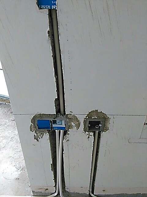 2017-06-30上门监理情况如下:水电巡查,地面电管排放横平竖直,未见强制弯,管内穿线未超过5根,线色使用正确;线盒排放整齐,高低一致,安装牢固;开关插座离地标高符合要求。强弱电箱安装位置正确,接线符合要求。,提醒项:地漏,排水管口需做好保护。,下次上门:水电验收,下一次工作是水电隐蔽工程验收,根据目前施工进度,预计会三至五天后可以验收,中间过程中您与家人如果发现什么问题可以微信里咨询或电话我。,接下来我们需要准备以下工作:1.请施工队提前二至三天确定水电验收时间,水电验收当天,如果需要对水管打压再次确认时,由施工队带好工具打压,我监督结果是否合格。2.水电管路走向记录如有需要应请您的施工单位或您自已摄录并保管。3.对于水电施工的具体数量我不作核对,建议您先要求工队将各路实际用线、开槽的长度作出标示(标示在墙面或纸面),我会协助抽核;如果施工队水电结算时不合理数量较多,我们有专门的工程量核审服务,您可以联系小蜜书购买此服务。4.我已经与施工队要求在水电验收前不要将管槽封闭。