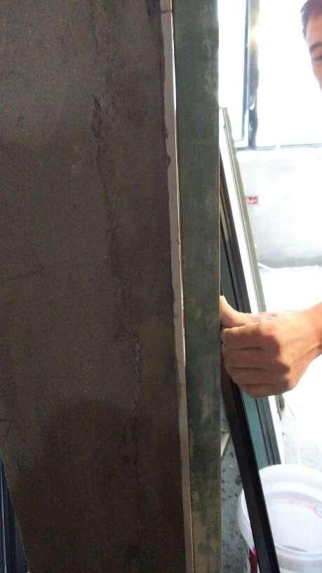 2017-09-25上门监理情况如下:泥工巡检。现场泥工一人,木工一人,队长在场。窗框安装工五人。泥工在修补,瓷砖以铺贴无空鼓情况。瓷砖有凹凸情况平整度没有达到合格要求,以提醒泥工借到最平整要求。木工龙骨固定合格石膏板搓缝留缝合格。窗户在安装下雨天建议不打密封胶。窗框下木塞以提醒都要拿掉。不本次巡检正常。今天是第七次巡检后面还有四次服务。下次检查防水情况。