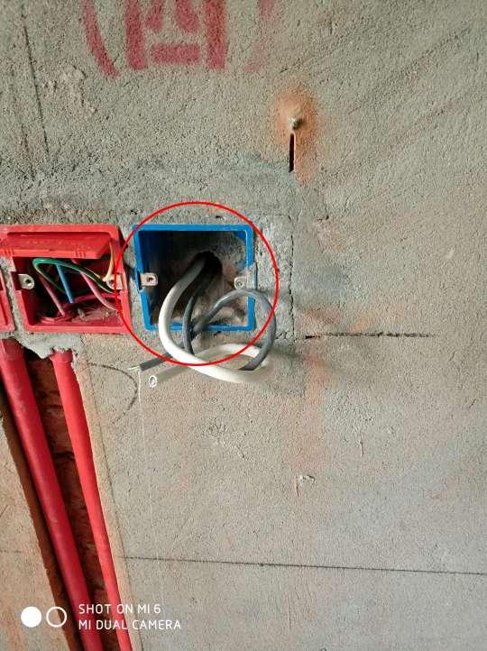 2018-05-06上门监理情况如下:今日水电隐蔽工程验收:现场人员,客户,项目经理,水电施工完成,水电线管走向横平竖直,线管内穿线面积小于线管截面面积40%,配电箱内空开配置符合要求,强弱电交叉处屏蔽处理,线盒安装方正固定牢固,强弱电线经测试绝缘通路正常,水管安装平直,接头处无漏水痕迹,水压厂家测试合格。发现问题及整改建议:1.卫生间水管转角处15-20cm处需加管卡固定.2.客厅及阳台顶面筒灯电线裸漏需加套管保护.3.卧室弱电穿墙网线及电视线裸漏需加套管保护.以上问题已告知现场项目经理整改,您家水电工程已经完成并验收,验收结果可以通过APP进行查看,需要整改项目我会跟踪整改的结果。提醒:1.厨房卫生间贴砖前再次检查墙面空鼓 .2.所有水电线管穿墙洞需在吊顶前用发泡剂封堵处理.下一次工作是泥木隐蔽工程巡检,预计会七天后可以巡检,主要对吊顶龙骨基础与一些泥木的基础工作及贴砖进行巡检检查,中间过程中您与家人如果发现什么问题可以微信里咨询或电话我。