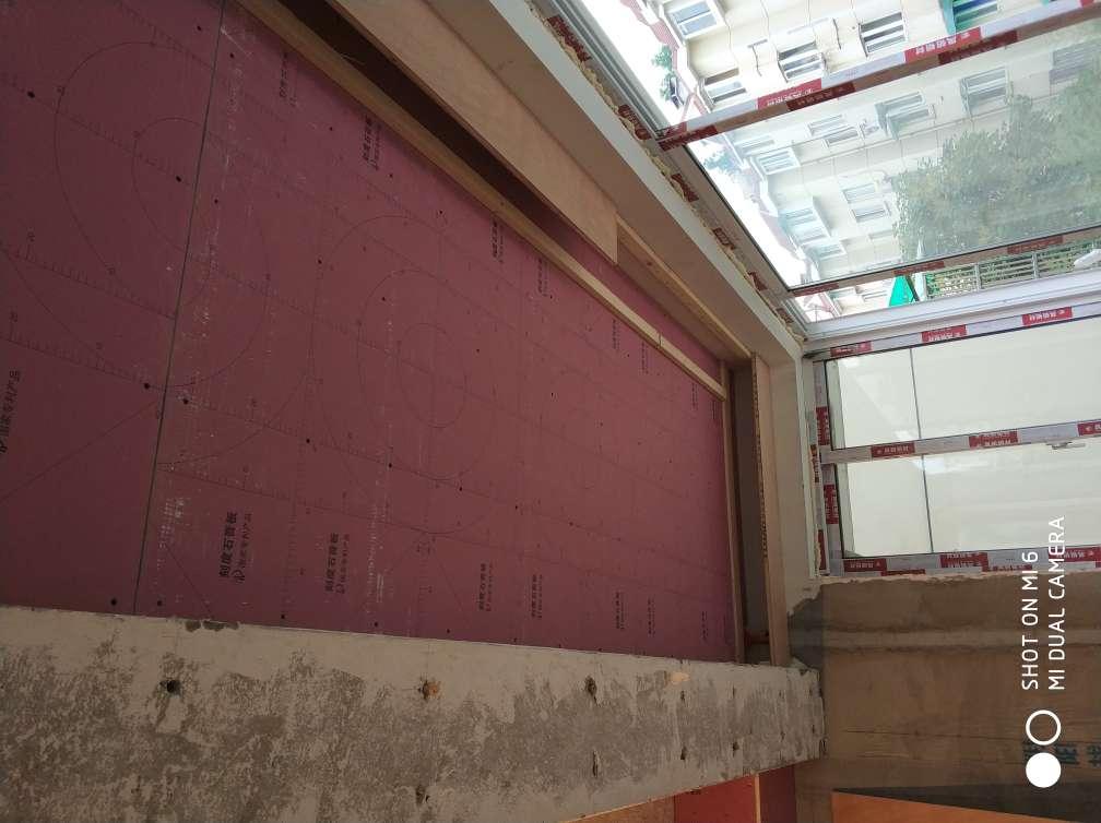 2018-05-29上门监理情况如下:今日泥木隐蔽施工巡检:现场人员,木工,泥工厨房卫生间墙砖地砖铺贴完成,木工现场柜体制作中,木工现场柜体制作方正,固定牢固,板面无划痕破损,背面贴防潮纸,石膏板吊顶表面平整,转角处整板7字型固定,石膏板拼缝间距均匀,螺丝钉进入板面不破纸面,本次巡检工作中的问题:1.厨房卫生间墙砖铺贴完成需贴水电线管走向标识,地砖需做成品保护.2.卫生间顶面水管转角处需加管卡固定.下一次工作是泥木验收,根据目前施工进度,预计会五至七天后可以验收,主要对瓷砖铺贴、木工面层施工进行验收,中间过程中您与家人如果发现什么问题可以微信里咨询或电话我。