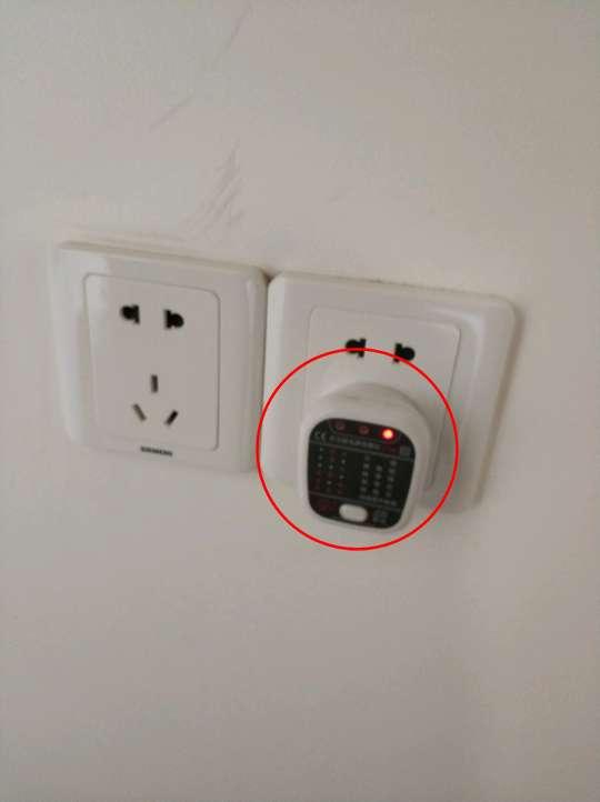 2018-06-10上门监理情况如下:竣工验收。其他在场人员:客户、工人。开关插座面板安装牢固,灯具整洁。开关通电控制正常,灯泡工作正常。强电箱标识已做,漏保工作正常,盖板开启方便,螺丝已紧固。卫浴设备安装牢固稳固,表面无明显损坏及污渍。地漏无返水,水龙头控制正常。套装门表面完整,门扇无明显色差,使用无异响。踢脚线完整,无明显变形。地板走动无松动异响,拼缝平直。橱柜无明显破损或色差,封边平滑。厨卫吊顶清洁。厨卫电器工作正常。乳胶漆表面,颜色一致。发现问题如下:1、局部乳胶漆需修补;2、柜门位置需调整;3、抽屉闭合滞涩;4、卫生间台盆不水平;5、一个插座缺接地线;6、厨房门门吸未装。装修期间很高兴能和客户融洽相处,如觉得监理服务有所帮助,请记得向朋友推荐装小蜜与我。谢谢!