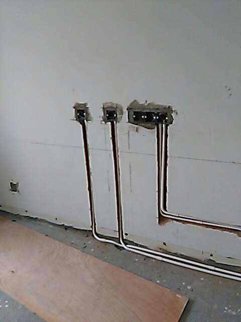 2017-06-26上门监理情况如下:水电巡查。,⭐开槽检查:厨房、卫生间未开始开槽。,干区墙面未见大于一米横槽,开槽深度合适,线盒安装牢固,局部线盒是上下排列,不是水平排列。新建墙体垂直方正,粉刷表面平整。,下次上门:水电巡查,接下来的施工工作: 防盗门调换可以开始了,应在泥木中期前安装完成;瓷砖需要确定并开始采购,瓷砖采购时需要咨询配送验货要求与退换货政策;