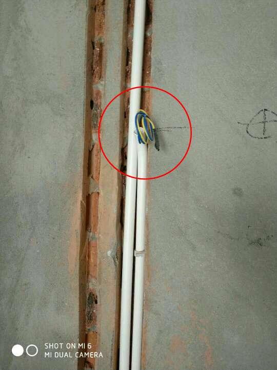 2018-03-30上门监理情况如下:本次用户,项目经理,水电验收工作已完成。问题或建议如下:厨房排水立管冷热水管出水口一处插座安装位置不合理,需调整;室内多处低于2.4米一下壁灯需增加接地线,并套绝缘管保护;网线使用超六类双屏蔽网线,用户自购线管颜色为同色,强弱电管为顶部走管,交汇处需做屏蔽,强弱电管不可同槽;强电箱内配置未安装,配置建议:双进双出;强电箱开关需与线径匹配,可参考监理推荐:1.5平方=10A,2.5平方=16~20A,4平方=20~25A,6平方=32A,10平方=40A;强电箱内接线有零火线同色,需做厨房间降层位置不建议渣土回填,建议做架空浇筑,浇筑前,埋入混凝土内或槽内冷热给水管分开超过3公分以上,外露热水管套保温棉;排水移位,不建议使用正三通或羊角三通安装,需使用斜三通;热水器排热管与顶部给水管、电管、保持安全距离、做好隔热保护;以上问题处理完成后进行下一步施工。泥木工施工注意事项:泥工贴砖需注意阴阳角做方,原墙如有空鼓疏松等需提前处理,阳台墙面如贴墙砖需将外墙涂料铲除;玻化砖、通体砖上墙需用专用粘结剂,粘结剂不可添加产品说明以外的材料,是否涂刷背胶及粘结剂、背胶品牌请咨询瓷砖商家(胶泥不可与水泥);吊顶时边龙骨顶龙骨打木楔地板钉固定;顶龙骨与底龙骨木连接需增加侧向固定,主副龙骨合理间距固定;石膏板使用自攻钉固定,侧板缝与底板缝不同缝,无十字对缝,七字型转角使用整板;泥木工进场请提前两天通知!