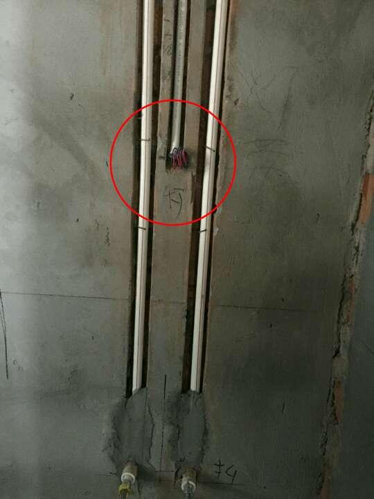 2018-03-30上门监理情况如下:本次用户,项目经理,水电验收工作已完成。问题或建议如下:厨房餐厅窗沿边降层板底部以及槽内冷热给水管需分开3公分以上间距固定,降层板内不建议使用建筑垃圾回填,建议做架空浇筑,浇筑前,内部清理干净,使用防水砂浆底部管路前面覆盖,外露给水管使用橡塑棉包裹保护,做混凝土支撑柱架空浇筑;厨房间排水立管一处冷水口边插座位置不合理,需调整;室内多处排水移位使用正三通,排水移位,不建议使用正三通或羊角三通安装,需整改;材料为用户自购,线管同色,强弱电线管都为顶部走管,网线使用为超六类双屏蔽网线,墙槽内强弱电管不可同槽,弱电箱电源需做好屏蔽处理;低于2.4米一下壁灯需增加接地线;强电箱内个别回路零火线未分色,需处理;配置未安装,强电箱配置建议如下;总开不带漏保,其余分路带漏保,双进双出;强电箱开关需与线径匹配,可参考监理推荐:1.5平方=10A,2.5平方=16~20A,4平方=20~25A,6平方=32A,10平方=40A;热水器排热管与顶部给水管、电管、保持安全距离、做好隔热保护;厨卫间顶部给水管需增加吊卡固定,墙槽内双管以上增加管卡固定;地面排水移位槽内清理后防水处理,特别注意原排水口接口处做好防水防渗漏;以上问题处理完成后进行下一步施工。泥木工施工注意事项:泥工贴砖需注意阴阳角做方,原墙如有空鼓疏松等需提前处理,阳台墙面如贴墙砖需将外墙涂料铲除;玻化砖、通体砖上墙需用专用粘结剂,粘结剂不可添加产品说明以外的材料,是否涂刷背胶及粘结剂、背胶品牌请咨询瓷砖商家;(胶泥不可与水泥混合使用)吊顶时边龙骨顶龙骨打木楔地板钉固定;顶龙骨与底龙骨木连接需增加侧向固定,主副龙骨合理间距固定;石膏板使用自攻钉固定,侧板缝与底板缝不同缝,无十字对缝,七字型转角使用整板;泥木工进场请提前两天通知!