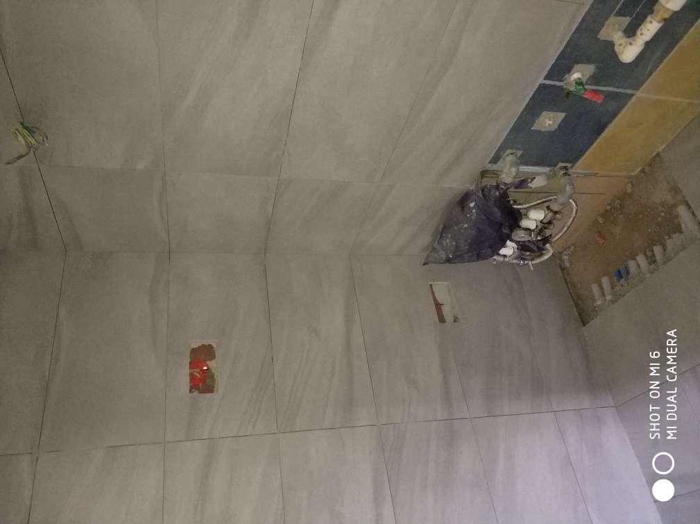 2018-05-24上门监理情况如下:今日泥木隐蔽施工巡检:现场人员,木工,泥工厨房卫生间墙砖地砖铺贴完成,木工现场柜体制作中,泥工贴砖表面平整,阴阳角方正,无大面积空鼓,拼缝平直整齐,木工现场柜体制作方正,固定牢固,板面无划痕破损,背面贴防潮纸.,本次巡检工作中的问题:1.厨房卫生间墙砖铺贴完成需贴水电线管走向标识,地砖需做成品保护.2.所有水电线管及空调线管穿墙洞需封堵处理.本次巡检工作中材料品牌核对:木工板材为兔宝宝品牌,下一次工作是泥木面层施工巡检,根据目前施工进度,预计会五至七天后可以巡检,主要对瓷砖铺贴、木工面层施工进行检查,中间过程中您与家人如果发现什么问题可以微信里咨询或电话我。,