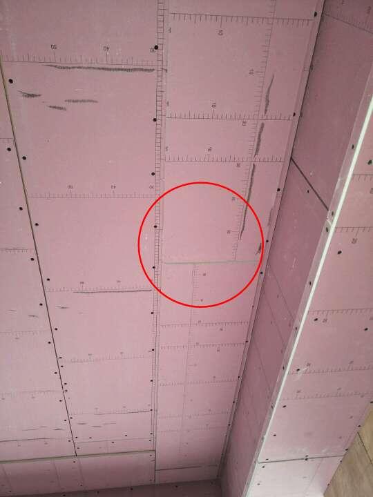 2018-05-29上门监理情况如下:本次与用户现场检查工作已完成。检查情况如下:地暖找平已完成,地暖管试压正常。阳台洗衣机排水管激流通水试验地漏无反水现象。问题和建议如下:主卧吊顶局部石膏板未用自攻钉固定,需添加。各别石膏板七字型转角未使用整板,建议整改。如顶部安装石膏线条,需注意空调出风口出风百叶安装尺寸预留。厨房间移门边一处电源需套绝缘管。卫生间墙防水涂刷1.8米以上,地面防水涂刷与墙角防水衔接。波化砖上墙根据产品要求使用辅料,(胶泥不可与水泥混合使用)下次巡检时间预计3-5天!