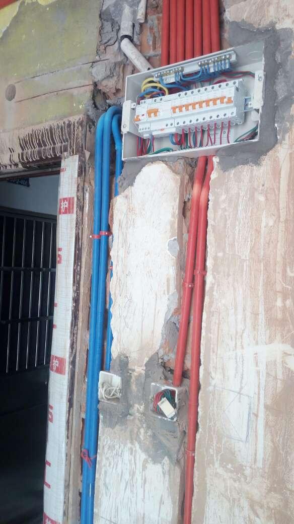 2017-08-24上门监理情况如下:水电巡检。现场水电施工。检查内容如下:强电箱位置复核及内配置检查,安装牢固平整,断路器及漏保安装正确到位。弱电箱位置复核,正在施工。排管布线横平竖直,强弱电间距合理,管内穿线数量符合规范,开关插座位置及高度合理,底盒与管口锁扣连接,底盒安装平整,未凸出墙面,符合工艺要求,水管安装固定到位,冷热水间距合理。发现问题及需要沟通问题如下:阳台地面一处排线管,不符合工艺规范。阳台无地漏,有做墙孔排水。水管试压已和现场沟通,安排在验收当天试压。下次上门节点为水电隐蔽工程验收。