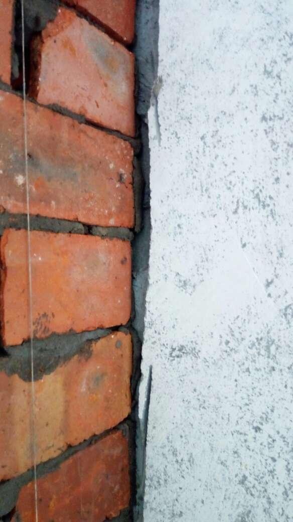 2017-07-08上门监理情况如下:水电巡检。现场新砌墙。检查内容如下:新砌墙体工艺流程符合工艺要求。现场交代客厅与卧室隔墙顶部斜砌,平接处挂钢丝网粉墙,卫生间砌平处止水梁施工。接下来需要注意事项如下:1.请施工队预留光纤从进户至弱电箱的线管,以安装宽带用(如果有条件再预留一根空线管以备以后改造升级);弱电箱分至各区域时排设网络线,目前常用的是超五类屏蔽线,目前五类线已经够用,如果需要高速下载与传输,建议升级至六类或七类线。2.水管由厂家负责安装与结果并保修,一般情况不需要我上门验收,如果需要我到场检查,需要您提前确定好时间我来安排。3.燃气管道如需要改动时,应请燃气公司上门进行或有安装资质的单位进行。4.配电箱断路器及配件的质量可靠非常重要,请不要在非正规渠道采购.5.水电材料进场后,我在巡检时会对品牌与型号进行核对如发现可疑材料,我会第一时间告知您。下次上门节点为水电排管布线巡检。