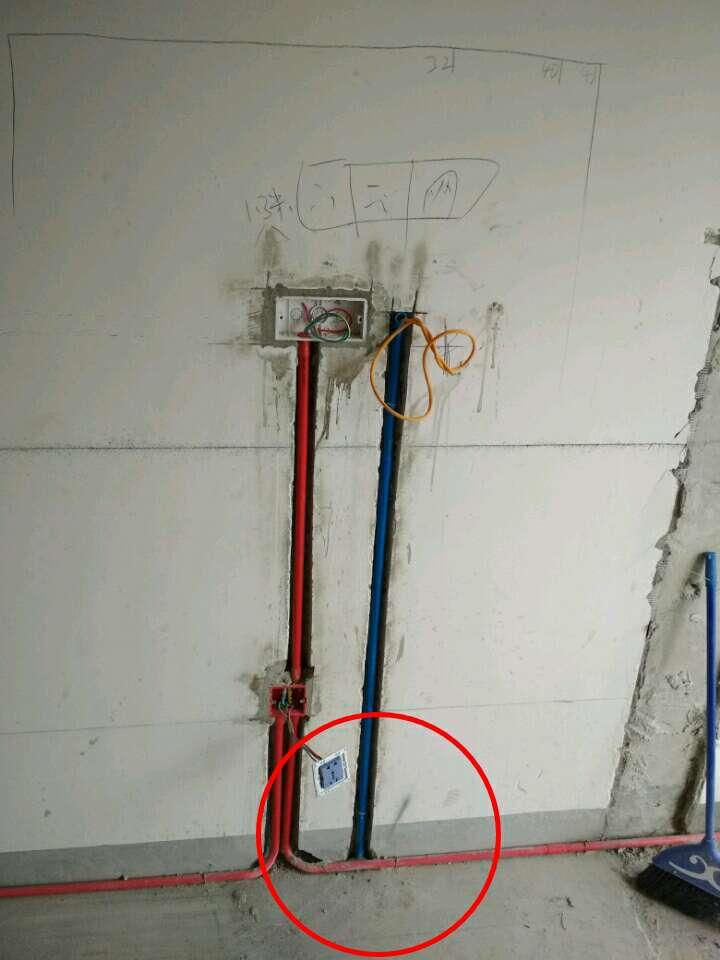 2017-08-27上门监理情况如下:水电验收。其他在场人员:客户、工队。给水管走向平直无明显冲突或弯曲,固定牢固,固定间距合理;新建排水、排污管连接牢固,墙地面伸出长度合理;线管走向平直,固定牢固;强弱电箱位置合理,盒内走线齐整无铜芯裸露,线路绝缘通过;空调内机使用双螺母固定,管道保温包裹良好。问题或建议如下:主卧卫生间沉重梁破坏;阳台、厨房地面走线管、水管;强弱电屏蔽遗漏;水电同孔;强电箱4平方线建议使用C20/25开关,4平方火线未用红色线;新建排水管坡度需注意;开孔未封堵;书房新风出风回风距离过进,建议相隔2米或做对角线位置;镜灯电线裸露;泥工贴砖需注意阴阳角做方;玻化砖、通体砖上墙需用专用粘结剂,不建议添加粘结剂说明外的材料,是否涂刷背胶及粘结剂、背胶品牌请咨询瓷砖商家。以上已告知房东及工队,泥木工进场请告知监理。
