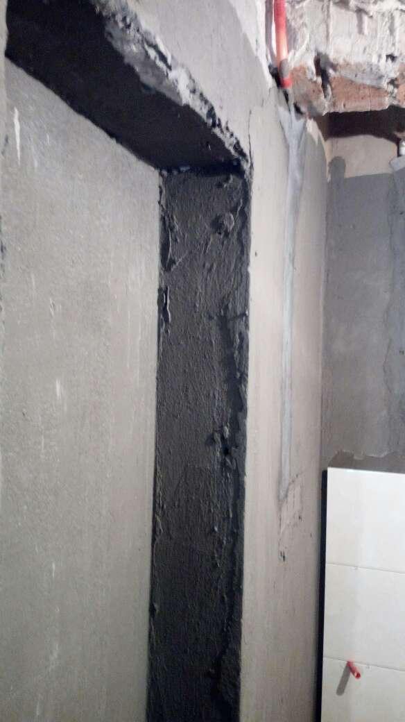 2017-09-19上门监理情况如下:泥木巡检。现场泥工卫生间墙面砖铺贴。检查内容如下:厨房墙面砖平整垂直,对缝整齐,无明显空鼓现象。卫生间墙面防水高度符合工艺要求,正在铺贴中,不做检查。发现问题及处理建议如下:水电隐蔽工程遗留问题厨房间顶面水管固定两处需加固处理。阳台地面走管问题仍未有整改。在木工进场前要求施工方用发泡剂封堵所有穿墙孔。以上问题均与你父亲现场沟通。