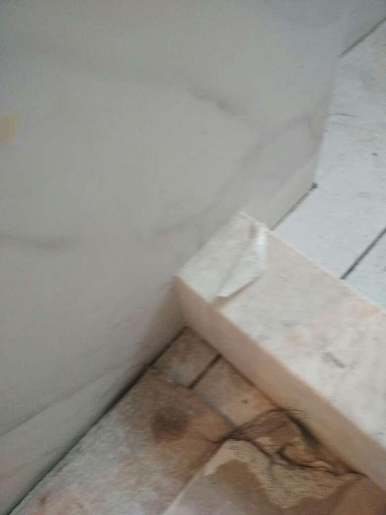 2017-10-30上门监理情况如下:油漆巡检。其他在场人员:油漆工。现场正在打磨腻子。腻子涂刷到踢脚线区域;墙顶面目测平整;阴阳角线条平直;门套边区域平整偏差≤2mm。问题或建议:1、涂刷乳胶漆前需注意成品保护;2、底漆涂刷完成后需进行找补;3、局部踢脚线区域平整偏差>2毫米;4、淋浴区域墙根处渗水需处理。本次是第9次上门检查,还余2次上门。门套地板踢脚线安装后请通知监理上门检查。
