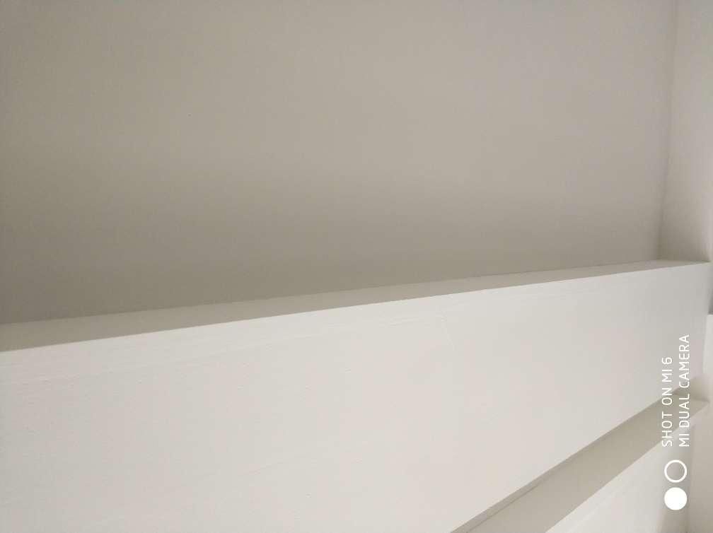 2017-12-04上门监理情况如下:油漆巡检。现场无人施工。检查内容如下:现场第二遍腻子待打磨。墙面平整垂直度满足后续施工,阴阳角方正,墙面网格布满铺防开裂处理,阴阳角采用角线施工。需要注意事项是:地面找平需做好榻榻米边防潮及门套底部的处理。入户门上面的入线孔要求施工方也进行修补后期滚乳胶漆。