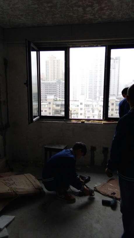 2017-10-15上门监理情况如下:泥木巡检。其他在场人员:客户,窗户安装工。今天在安装窗户。注意事项:门槛石要湿铺,门槛石侧面涂刷防水涂料。以贴厨卫墙砖平整,留缝齐整,阴阳角方正。石膏板搓缝留缝合格。问题或建议:1、卫生间门槛石应高于地砖0.5-1公分;2、门槛石两侧需填实防止渗水;3、厨卫墙面水电标识请勿遗漏。本次是第8次上门检查,还余3次上门。泥木验收请提前2天通知时间。