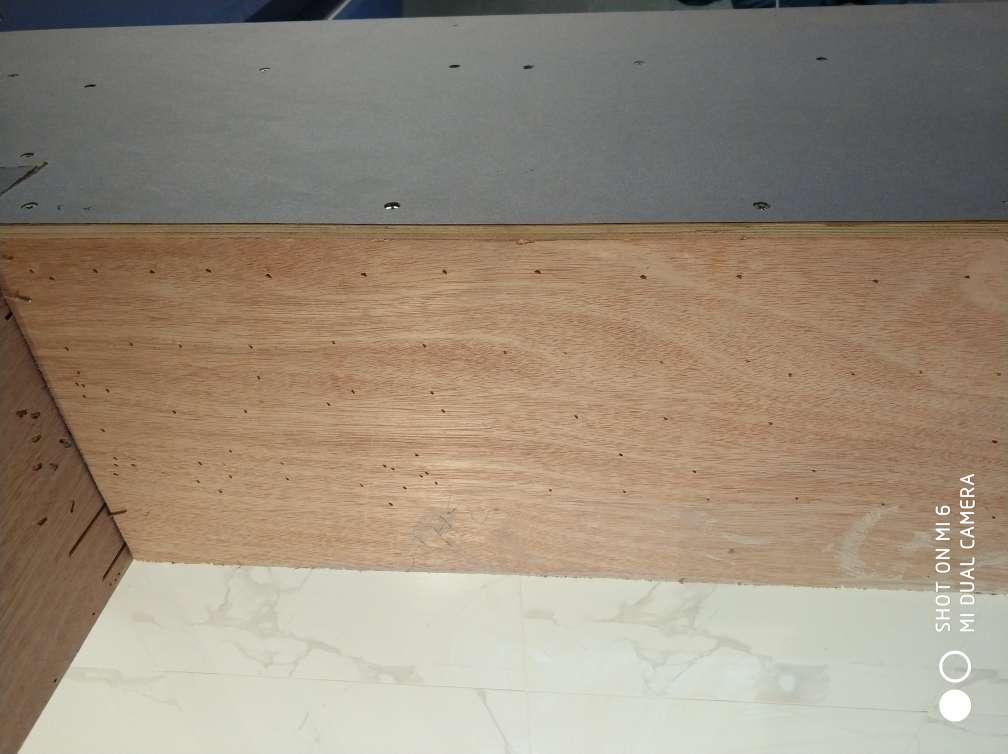 2017-11-05上门监理情况如下:泥木巡检。现场木工木制作施工。检查内容如下:卫生间地面砖平整,对缝整齐,无明显高低差现象,挡水条边上两片地砖角上有点空鼓现象。石膏板吊顶安装平整,无十字通缝,采用七字角施工工艺,预留缝合理,螺钉固定间距均匀,无明显破损现象。木制作表面平整,拼接缝平直,固定牢固。需要注意事项是:泥木完成要求施工方做好成品保护,厨卫墙面走管标识,防止后期施工中造成损坏。
