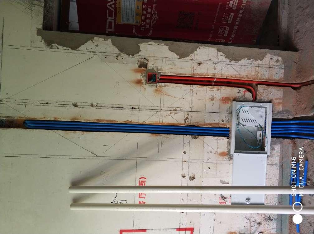 2018-05-03上门监理情况如下:今日水电隐蔽施工巡检:现场人员,水电工,水电排管穿线正在施工中,水电线管走向横平竖直,线盒安装方正固定牢固,相邻线盒高低一致,强弱电交叉处屏蔽处理,线管内穿线面积小于线管截面面积40%,开关插座高度符合要求,水管安装平直无明显弯曲等 ,本次巡检工作中的问题:1.卧室墙面线盒内穿墙电线裸漏需加套管保护.2.现场施工临时用电有安全隐患建议用临时电箱.以上问题已告知现场电工整改.本次巡检工作中材料品牌核对:电线为千岛湖永通品牌,线管线盒为中财品牌,水管为白伟星品牌,网线为安普联想品牌.,下一次工作是水电隐蔽工程验收,根据目前施工进度,预计会三至五天后可以验收,中间过程中您与家人如果发现什么问题可以微信里咨询或电话我。,