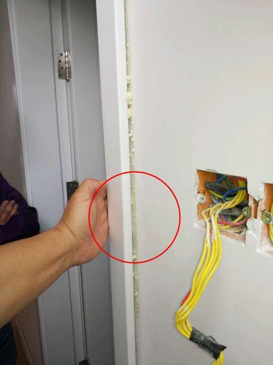 2018-04-22上门监理情况如下:今日墙顶面基层验收,检查项如下:顶面平整无异态。墙面检查平整无异态。阴角多处不平直请施工方检查修复。门套基层周沿不平整,导致门套线不贴合,建议及时整改。地脚线部位墙面不平整,请及时整改。线盒底座位置处理到位无异态。门槛石空鼓已做修复。提醒项如下:门套周沿墙面不平整,建议整改;阴角地脚线墙面不平整,建议修复;窗台石空鼓多处,瓷砖面空鼓多处门槛石空鼓多处,建议整改;露台面梁表面多处开裂,建议整改。其他未完成部分后期巡检跟进。本次服务已完成,下次巡检节点为竣工验收,请提前几天通知我。现场人员:客户,项目经理,监理。
