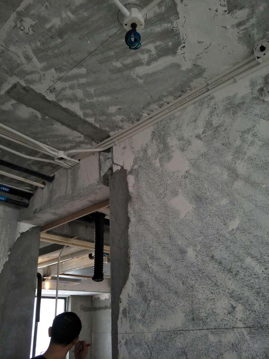 2018-04-23上门监理情况如下:本次泥木巡检工作已完成。设计师,项目经理,木工,对局部位置需做调整做现场核对。客厅部分吊顶已安装,顶龙骨安装固定合理,背景木饰面安装表面平整垂直。已提醒项目经理,造型吊顶底板未封板前,穿梁孔做好封堵。主卧飘窗现浇面目测偏高,红外线找水平,测量尺寸误差并进行修补。主卫湿区现浇挡水条裂缝,修复后建议使用柔性防水涂刷。下次为泥木巡检,根据施工进度安排上门时间!