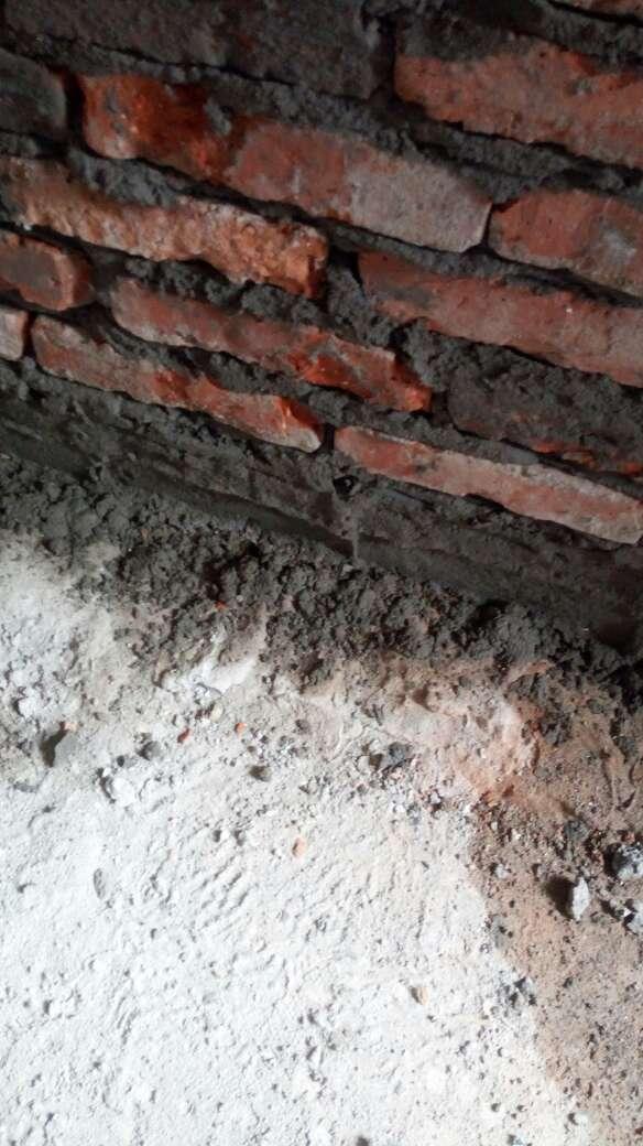 2017-08-26上门监理情况如下:水电巡检。现场新砌墙。检查内容如下:卫生间新砌墙工艺规范,返水梁高度符合工艺要求,新砌墙垂直度符合要求。房间封门洞平整垂直度符合规范。现场正在抹灰施工。发现问题及处理建议如下:一,新砌墙未植筋处理,现场已交代整改,现场植筋材料已现场加工处理,建议要求施工方植筋时拍照。二,新粉门洞处抹灰未加入钢丝网,建议整改,要求在轻质砖处沿两边老墙十公分处挂网施工,现场已交代,需要核实挂网材料到位情况。三,老墙粉墙要求施工方分层次抹灰,一次粉墙厚度差异太大,会容易引起开裂,脱落现象。四,对新砌墙平接墙处要求施工方采用挂网抹灰处理,有新的门梁需要角铁过梁或者现浇梁施工处理。下次上门节点为水电巡检。