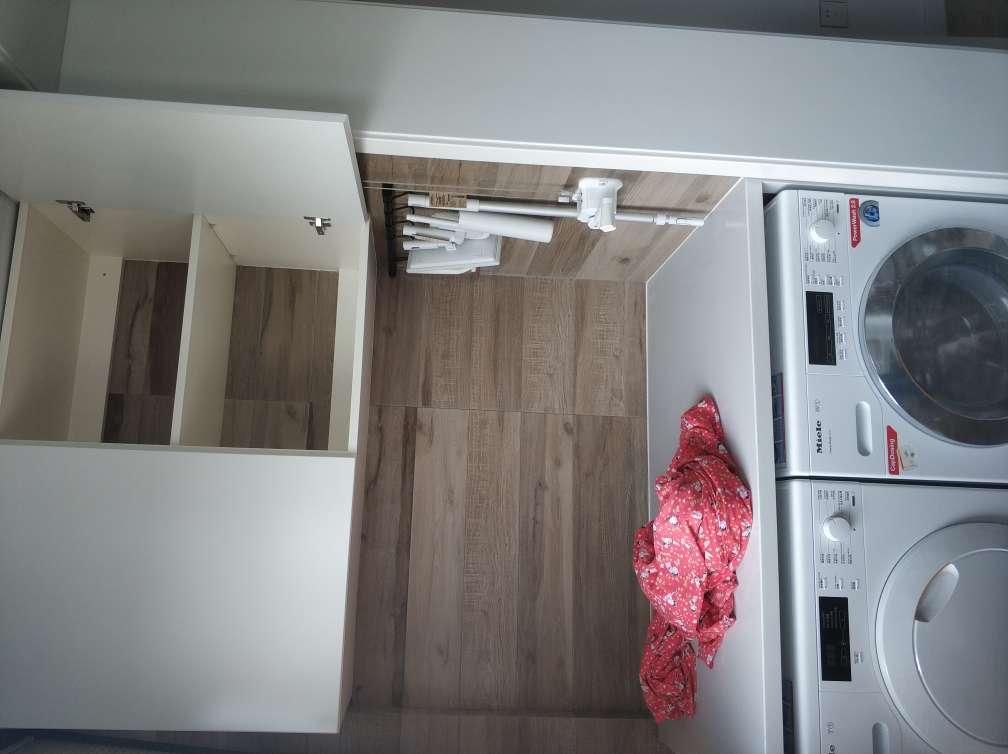 2018-06-09上门监理情况如下:竣工验收。其他在场人员:客户、工队。开关插座面板安装牢固,灯具整洁。开关通电控制正常,灯泡工作正常,插座全部通电。强电箱标识已做,漏保工作正常,盖板开启方便,螺丝已紧固。卫浴设备安装牢固稳固,表面无明显损坏及污渍。地漏无返水,水龙头控制正常。套装门表面完整,门扇无明显色差,使用无异响。踢脚线完整,无明显变形。地板走动无松动异响,拼缝平直。橱柜无明显破损或色差,封边平滑。厨卫吊顶清洁平整。厨卫电器工作正常。乳胶漆表面清洁,覆盖均匀,颜色一致。发现问题如下:1、洗菜盆下水连接处要密封胶封口。2、卫生间门套上下口要密封胶封口。3、地板压条松动需固定。4、阳台窗框边要封口处理。5、电箱要标明回路。6、石膏板吊顶转角处开裂现象严重。装修期间很高兴能和客户融洽相处,如觉得监理服务有所帮助,请记得向朋友推荐装小蜜与我。谢谢!