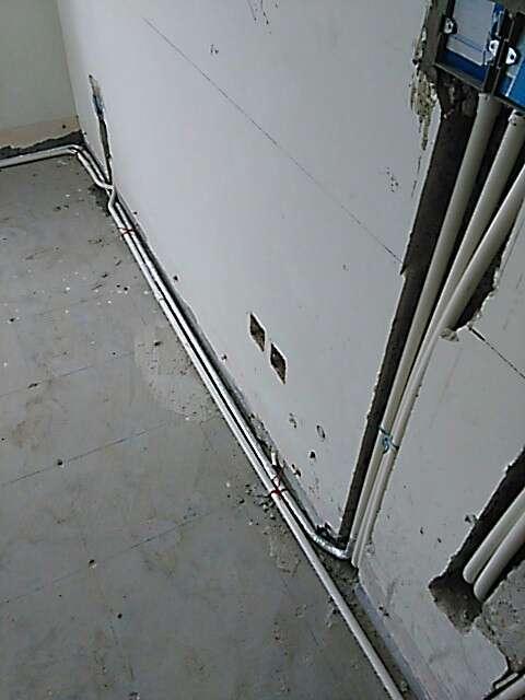 2017-07-08上门监理情况如下:水电验收。,⭐水电开槽平直,开槽深度合适,排管布线整齐不凌乱,强弱电间距大于10公分,交叉并行有屏蔽保护,管线卡扣固定,固定间距符合要求;,⭐电管排放横平竖直,未见强制弯,管内穿线未超过5根,线色使用正确;线盒排放整齐,高低一致,安装牢固;开关插座离地标高符合要求。强弱电箱安装位置正确。,⭐水管走向平直,卡扣固定牢固,顶部热水管有保温套管保护。,整改项:,1、管道井内水管未固定。,2、保护器与线径不匹配。,下次上门:泥木巡检,下一次工作是泥木隐蔽工程巡检,预计会七天后可以巡检,主要对吊顶龙骨基础与一些泥木的基础工作及贴砖进行巡检检查,中间过程中您与家人如果发现什么问题可以微信里咨询或电话我。,接下来泥木施工我们需要准备以下工作:1.如果是玻化砖当墙砖,请工队按照玻化砖的施工方案进行铺贴以避免后期空鼓(不建议用玻化砖当墙砖)。2.安排瓷砖铺贴时,应让泥工先贴厨房间墙砖,这样橱柜公司可以尽快复测早点下单生产。3.接下来需要工队长对木工、泥工进行技术交底,如有不明确的地方,可以直接问我。4.图纸如果有修改,请确保现场图纸是最新版的,并且发一份PDF电子版的给我。5.墙砖如有铺贴图纸,请及时放在现场并交待工队按图施工,已要求工队在铺贴前如发现瓷砖有质量问题时应及时联系您确认,而不要未经同意就铺贴施工。6.墙面防水施工时请工队将照片发给您,如有需要我会上门检查确认。,,