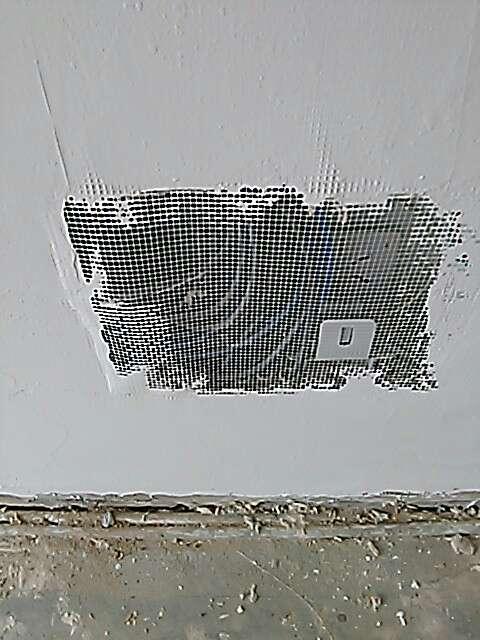 2017-08-12上门监理情况如下:泥木巡检。,现场人员:施工队,~墙地砖铺贴检查:表面平整,花色铺贴正确,无明显色差、无损坏、爆边等现象,拼缝平直一致,手感牢固,未发现空鼓。,~淋浴房地漏排水畅通,泛水坡度大于5‰。,~石膏板吊顶已批嵌腻子,拼缝未见。,~腻子一度,网格布已铺贴。,提醒项:主卧铝合金窗框漏光,后期需做处理。,下次上门:泥木巡检