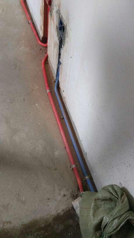 2017-09-09上门监理情况如下:水电隐蔽工程验收 ,您家水电工程已经完成并验收,验收为合格。整改项墙弱电线管靠的太近的要整改,给水管立管固定,线槽管抛出墙面的要固定在墙内要有保护层,过梁洞都要封堵掉,需要整改项目我会跟踪整改的结果。电箱还没有压好电线无法测试后面压完再测试。,下一次工作是泥木隐蔽工程巡检,预计会七天后可以巡检,主要对吊顶龙骨基础与一些泥木的基础工作及贴砖进行巡检检查,中间过程中您与家人如果发现什么问题可以微信里咨询或电话我。,接下来泥木施工我们需要准备以下工作:1.如果是玻化砖当墙砖,请工队按照玻化砖的施工方案进行铺贴以避免后期空鼓(不建议用玻化砖当墙砖)。2.安排瓷砖铺贴时,应让泥工先贴厨房间墙砖,这样橱柜公司可以尽快复测早点下单生产。3.接下来需要工队长对木工、泥工进行技术交底,如有不明确的地方,可以直接问我。4.图纸如果有修改,请确保现场图纸是最新版的。5.墙砖如有铺贴图纸,请及时放在现场并交待工队按图施工,已要求工队在铺贴前如发现瓷砖有质量问题时应及时联系您确认,而不要未经同意就铺贴施工,墙体阴阳角方正如有大的出入要先粉刷找方正后再贴。6.墙面防水施工时请工队将照片发给您,如有需要我会上门检查确认。