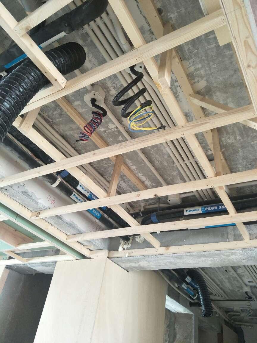 2018-05-02上门监理情况如下:本次泥木巡检工作已完成。木工现场吊顶施工中。检查情况如下:已安装顶龙骨打木楔地板钉固定,顶龙骨与底龙骨使用上下木链接侧向固定,龙骨安装合理。餐厅顶部发现一处石膏板十字对缝,告知木工,已整改完成。空调出风口石膏板建议使用整板。注意石膏板对缝预留3-5㎜。下次巡检根据施工进度安排上门时间!