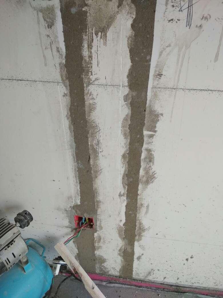 2017-09-08上门监理情况如下:泥木巡检。其他在场人员:客户、木工。现场木工施工。木龙骨涂刷防火涂料,主副龙骨间距合理,顶面龙骨使用美固钉固定;墙、开槽填补平整;地坪平整、水平,未见明显裂缝,完成面标高符合规范。问题或建议:墙面龙骨、龙骨间固定未使用美固钉需加固;开孔未封堵;石膏板转角处需使用整板,不得有十字拼缝;墙砖空鼓不得>15%瓷砖面积,地砖不得空鼓。以上已告知客户及工队,下次上门预计泥工进场请告知监理左。