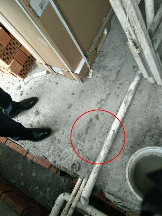 2018-04-04上门监理情况如下:本次与用户项目经理现场检查工作已完成。厨卫间阳台部分墙地面已做粉刷,厨房餐厅飘窗降层板底部已做清理。问题或建议如下:厨房降层板底部以及地槽内冷热水管分开超过3公分,防水砂浆封堵,外漏冷热水管使用橡塑棉包裹,架空浇筑平面,主卧飘窗架空浇筑;主卫台盆位置地面排水移位建议整改为斜三通;室内低于2.4米一下壁灯增加接地线;空调控制面板线路不可与照明线路同槽,次卫遗漏地暖线路增加;顶部穿梁孔发泡剂封堵;泥木工施工注意事项:泥工贴砖需注意阴阳角做方,原墙如有空鼓疏松等需提前处理,卫生间防水高度1.8米以上;阳台墙面如贴墙砖需将外墙涂料铲除;玻化砖、通体砖上墙需用专用粘结剂,粘结剂不可添加产品说明以外的材料,是否涂刷背胶及粘结剂、(胶泥不可与水泥混合使用)背胶品牌请咨询瓷砖商家;吊顶时边龙骨顶龙骨打木楔地板钉固定;顶龙骨与底龙骨木连接需增加侧向固定,主副龙骨合理间距固定;石膏板使用自攻钉固定,侧板缝与底板缝不同缝,无十字对缝,七字型转角使用整板;泥木工进场施工请提前通知!