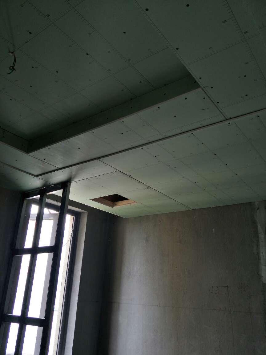 2018-05-12上门监理情况如下:本次与用户闭水试验检查,木工吊顶施工已完成,卫生间地面已做闭水试验,卫生间地面使用带反射摸沥青油毡纸铺设,经用户确认楼下无渗漏现象。问题或建议如下:卫生间地暖安装找平,干湿区地面使用板材保护铺贴墙砖,墙防水涂刷高度1.8米以上。墙砖为加工砖400*800,建议使用挂件,是否使用背胶,专用粘结剂,需咨询供应商。如使用,不可添加产品说明意外的材料,(如使用胶泥不可添加水泥)。下次巡检为墙防水涂刷或墙砖铺贴检查!提前通知!