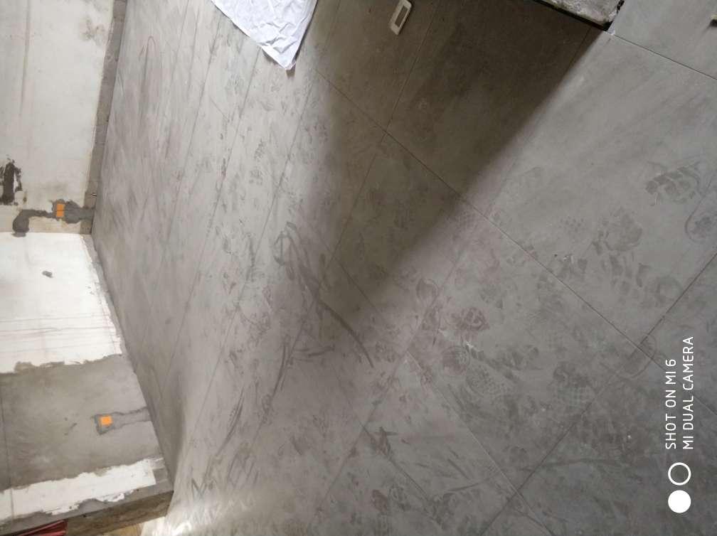 2017-11-12上门监理情况如下:泥木巡检。现场无人施工。检查内容如下:客厅及厨房大地砖平整,对缝整齐,无明显高低差及空鼓现象。厨房墙面砖平整垂直,对缝整齐,阴阳角方正,无明显破损及空鼓现象。卫生间墙面平整垂直,对缝整齐,阴阳角方正,无明显破损及空鼓现象。发现问题是厨房墙面砖有一片空鼓现象,建议要求施工方整改重新铺贴处理。
